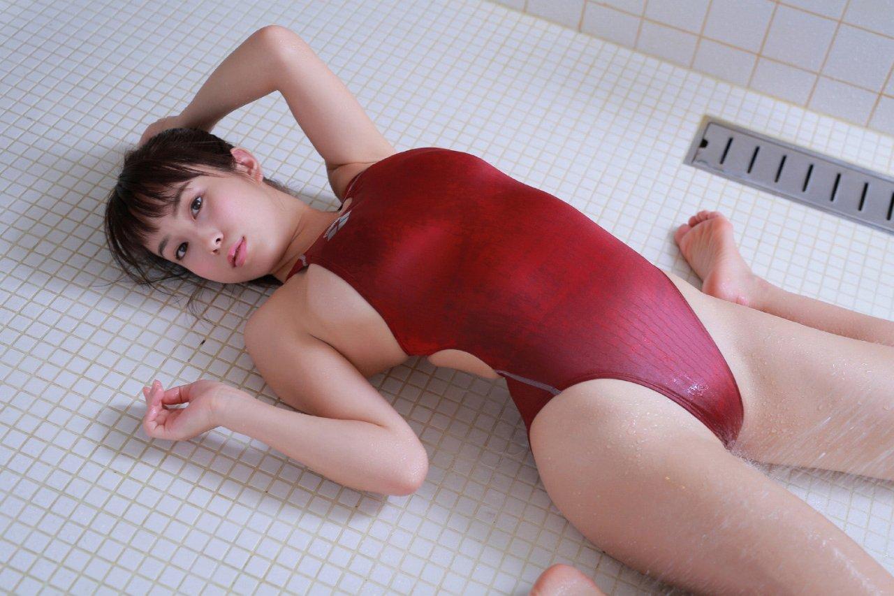 【水着エロ画像】収まり切らない故のwハミ乳している競泳水着女子www 12