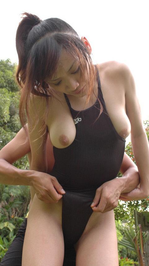 【水着エロ画像】収まり切らない故のwハミ乳している競泳水着女子www 15