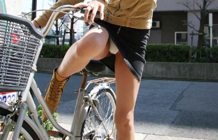 【パンチラエロ画像】後ろからなら追い越される前に確認したい自転車パンチラwww 001