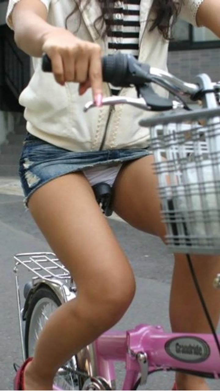 【パンチラエロ画像】後ろからなら追い越される前に確認したい自転車パンチラwww 03