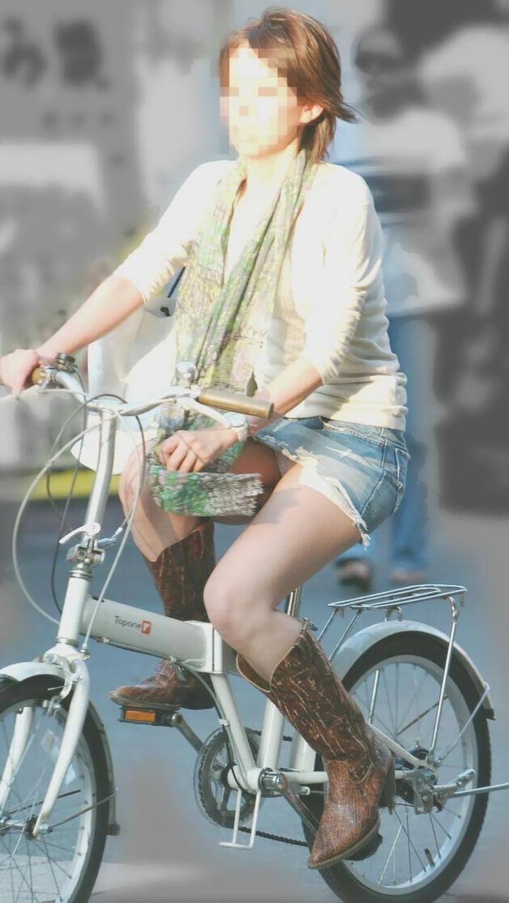 【パンチラエロ画像】後ろからなら追い越される前に確認したい自転車パンチラwww 06