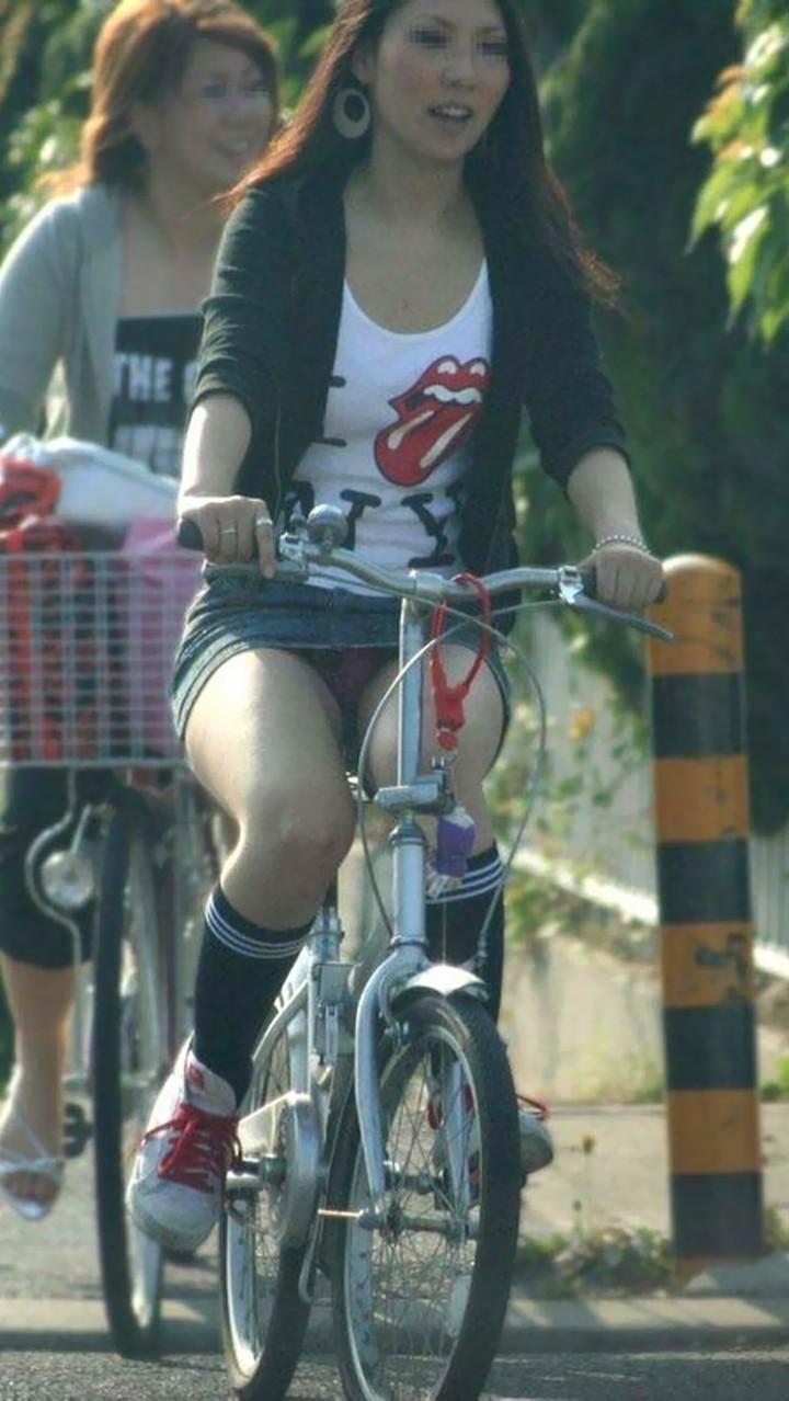 【パンチラエロ画像】後ろからなら追い越される前に確認したい自転車パンチラwww 07