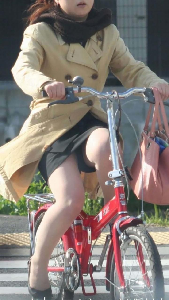 【パンチラエロ画像】後ろからなら追い越される前に確認したい自転車パンチラwww 09