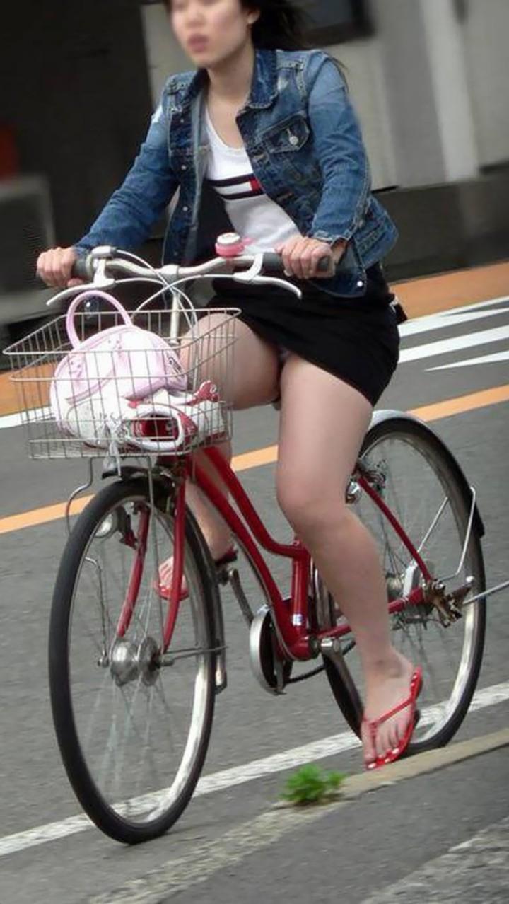 【パンチラエロ画像】後ろからなら追い越される前に確認したい自転車パンチラwww 10