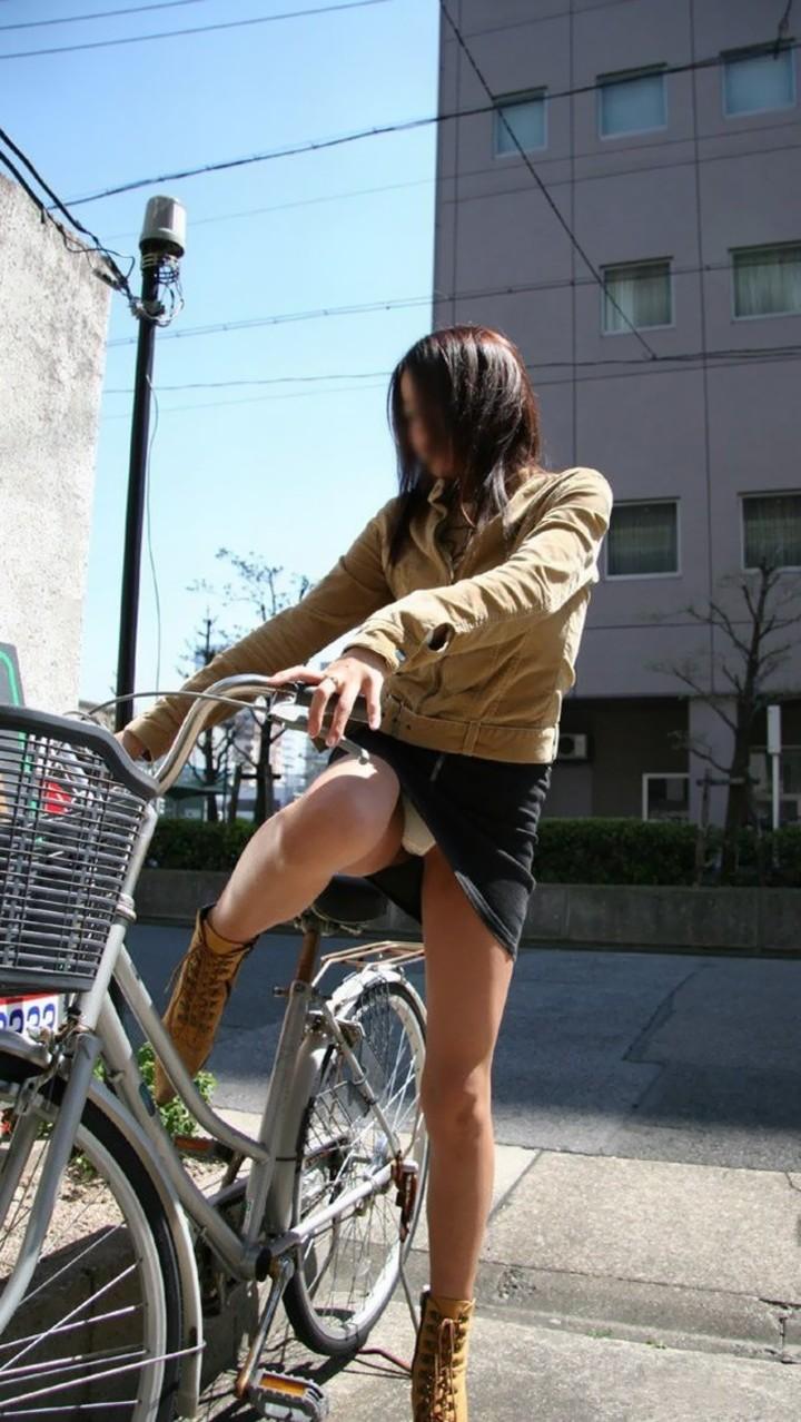 【パンチラエロ画像】後ろからなら追い越される前に確認したい自転車パンチラwww 13