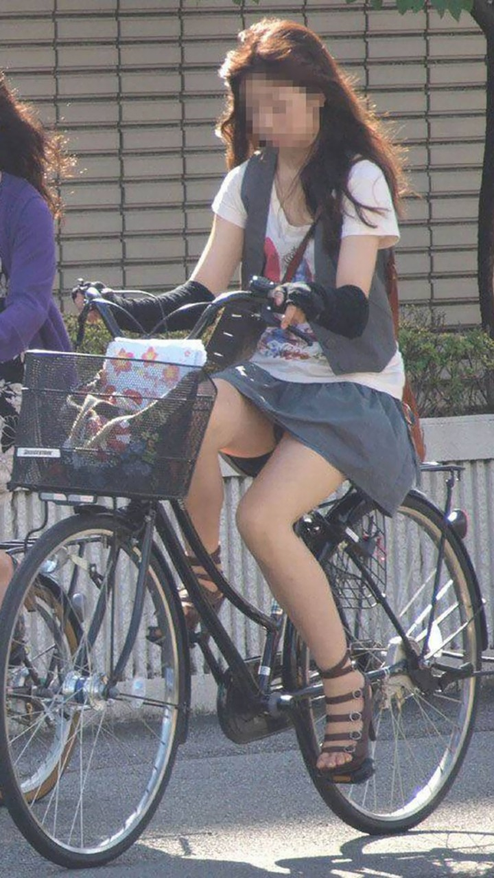 【パンチラエロ画像】後ろからなら追い越される前に確認したい自転車パンチラwww 14