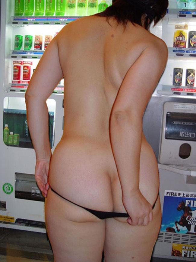 【露出エロ画像】なくなるらしいエロ本自販機の前とかw深夜の露出痴女たちwww 06