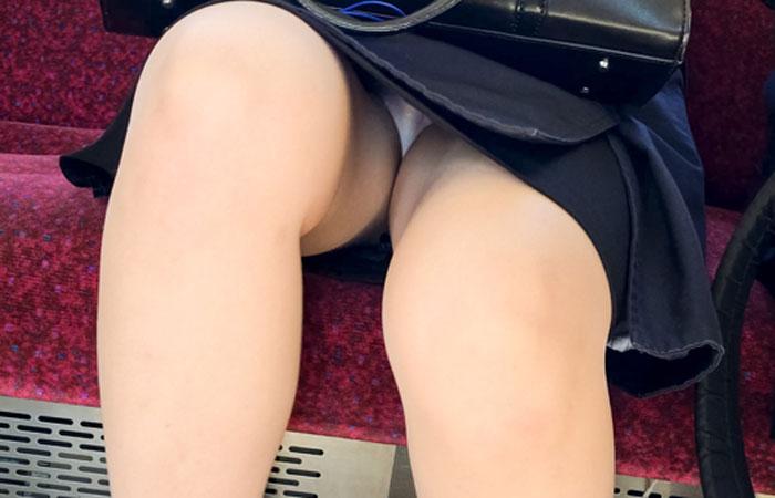 【パンチラエロ画像】乗りながら現れるのを待つしかないか…電車内の対面パンチラ女www 001