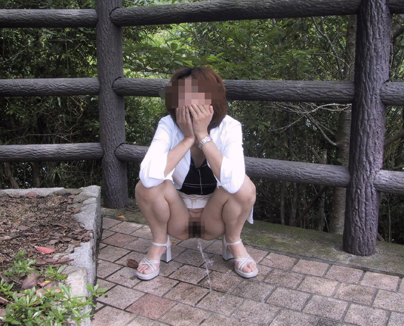 【放尿エロ画像】露出行為も兼ねた一種のプレイw表でおしっこする変態さんwww 08