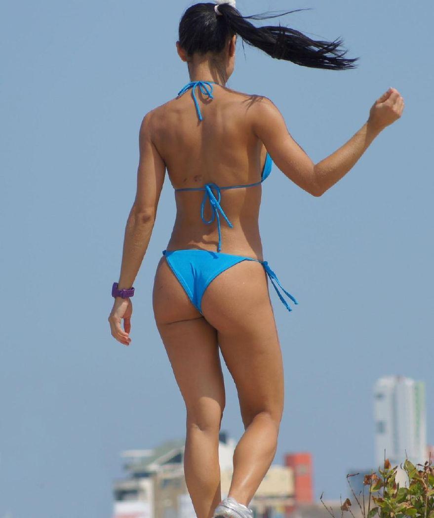 【水着エロ画像】食い込んでもそのままwビーチで尻出すビキニギャルたちwww 04