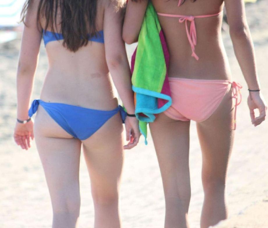 【水着エロ画像】食い込んでもそのままwビーチで尻出すビキニギャルたちwww 05