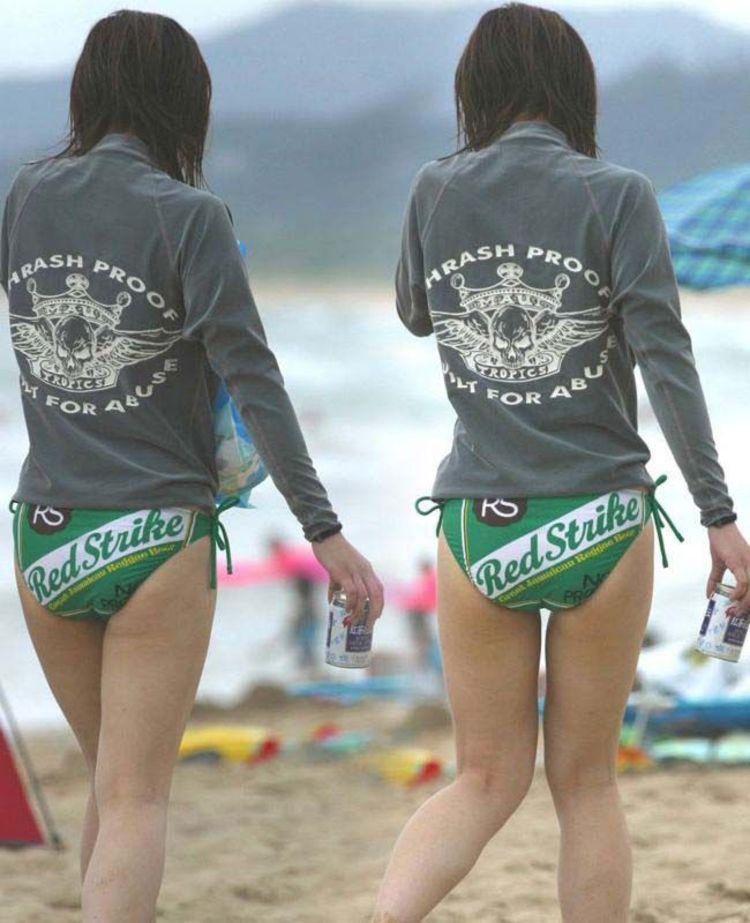 【水着エロ画像】食い込んでもそのままwビーチで尻出すビキニギャルたちwww 12