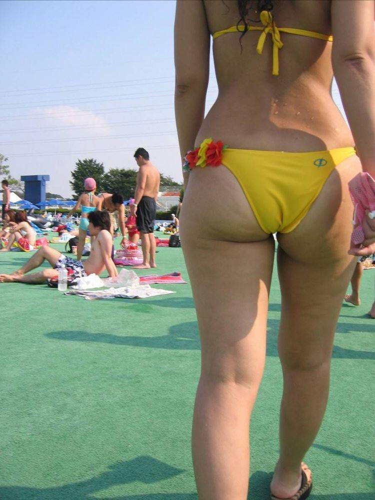 【水着エロ画像】食い込んでもそのままwビーチで尻出すビキニギャルたちwww 13