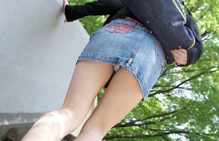 【パンチラエロ画像】見えたか!?ミニスカ女子の階段上がる姿を斜め下から頂戴しますwww 001