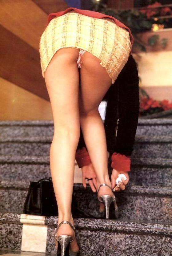 【パンチラエロ画像】見えたか!?ミニスカ女子の階段上がる姿を斜め下から頂戴しますwww 04