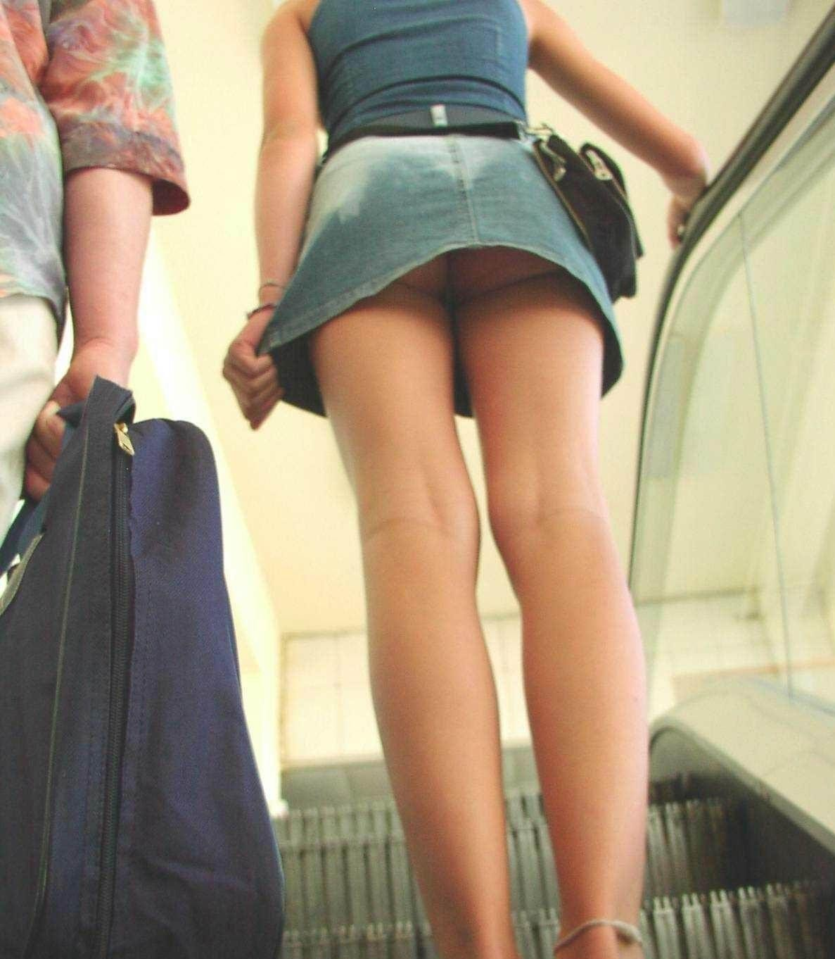 【パンチラエロ画像】見えたか!?ミニスカ女子の階段上がる姿を斜め下から頂戴しますwww 10