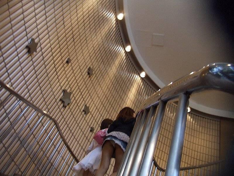 【パンチラエロ画像】見えたか!?ミニスカ女子の階段上がる姿を斜め下から頂戴しますwww 14