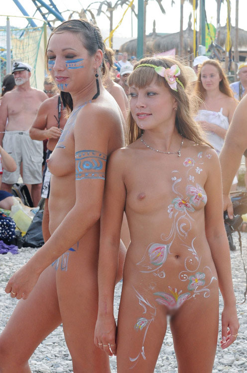 【海外エロ画像】塗っただけw乳首が凄く勃ってるように見えるボディペイント外人www 11