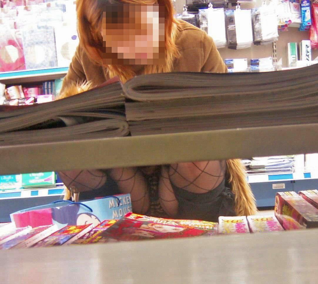 【パンチラエロ画像】店内の棚の向こうに気配!カメラ潜らせ下着を激写www 09