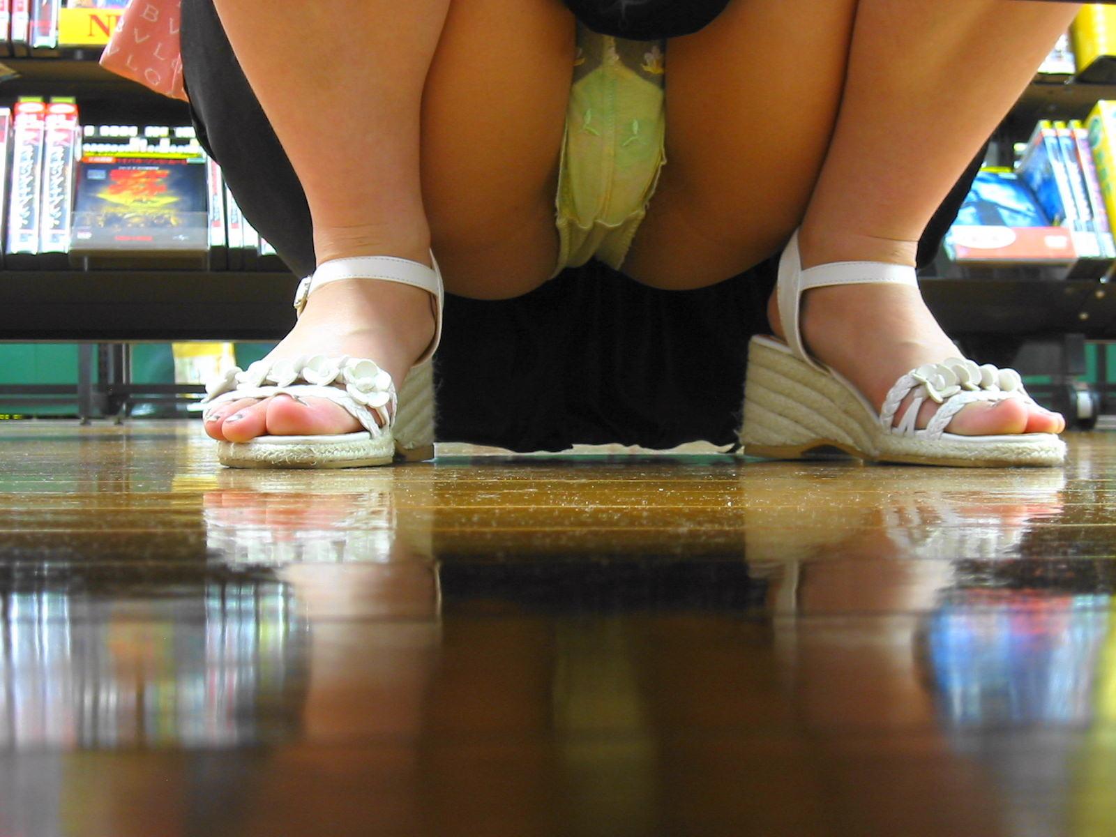 【パンチラエロ画像】店内の棚の向こうに気配!カメラ潜らせ下着を激写www 11