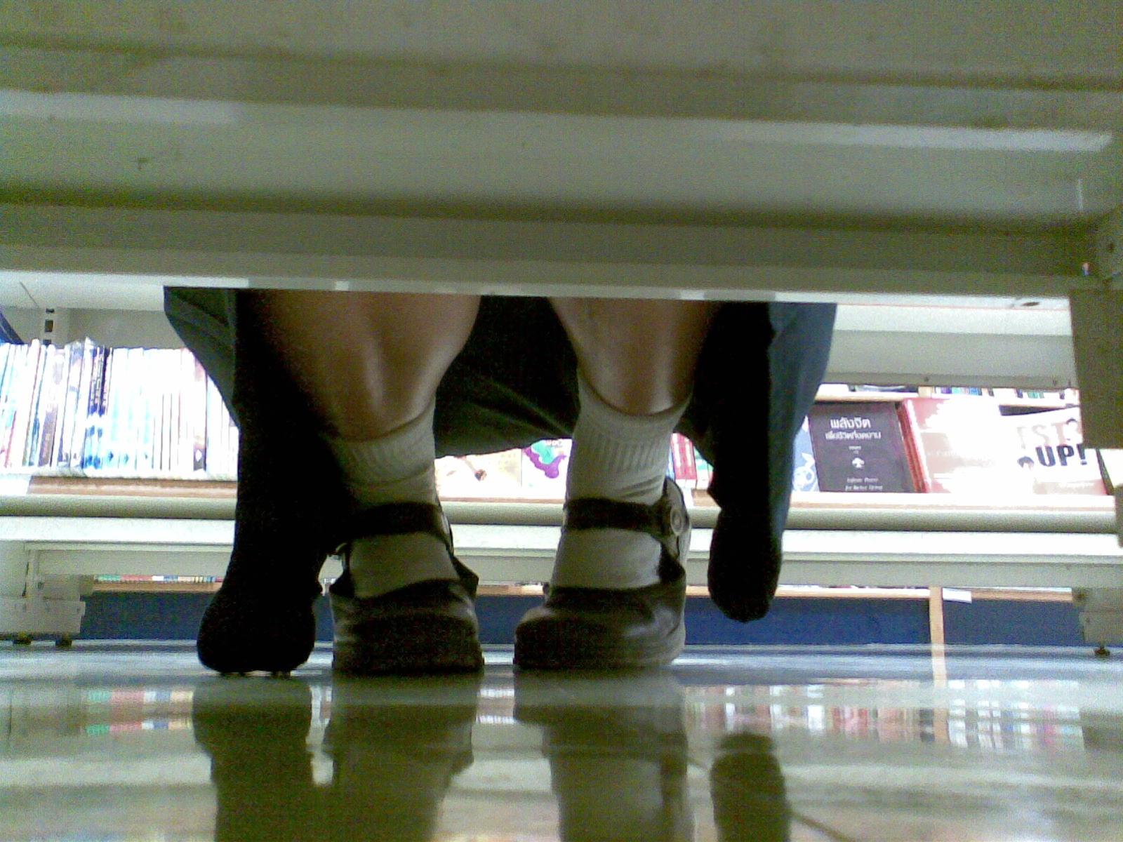 【パンチラエロ画像】店内の棚の向こうに気配!カメラ潜らせ下着を激写www 14