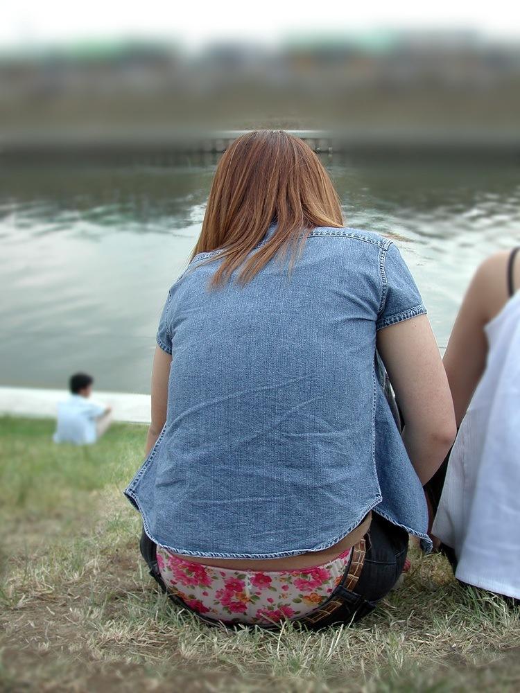 【ローライズエロ画像】座った方がよくハミ出て来るローライズ女子の生下着www 01
