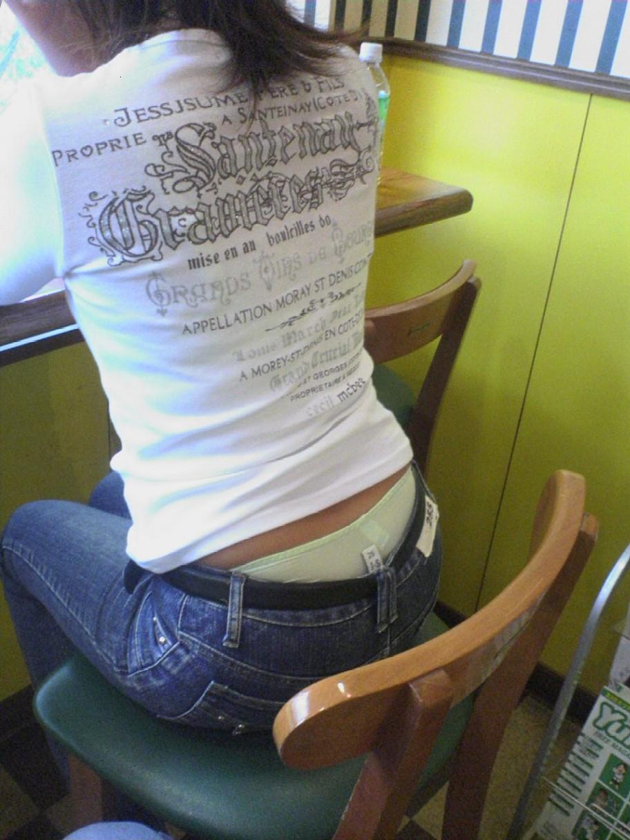 【ローライズエロ画像】座った方がよくハミ出て来るローライズ女子の生下着www 15
