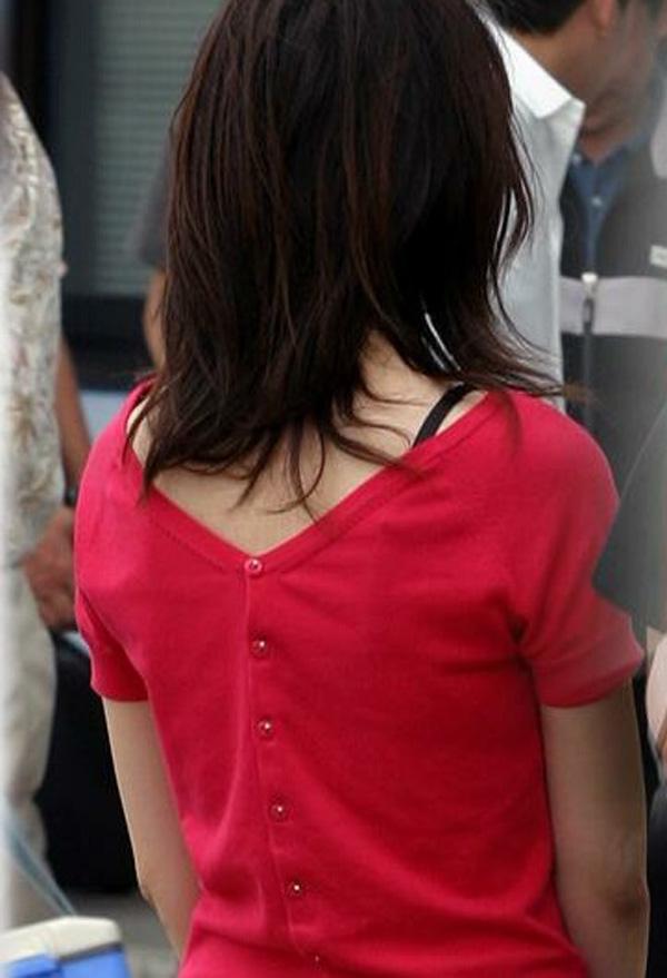【透けブラエロ画像】背中から胸をアピールw街の絶賛透けブラ中の皆様www 09