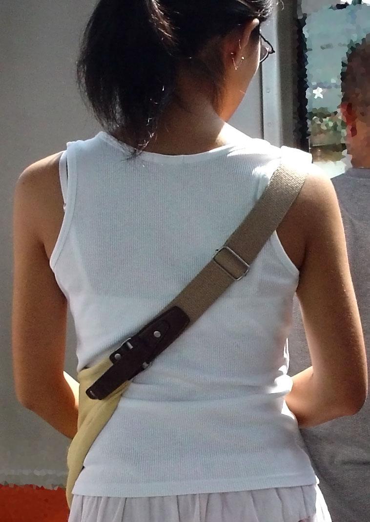 【透けブラエロ画像】背中から胸をアピールw街の絶賛透けブラ中の皆様www 10