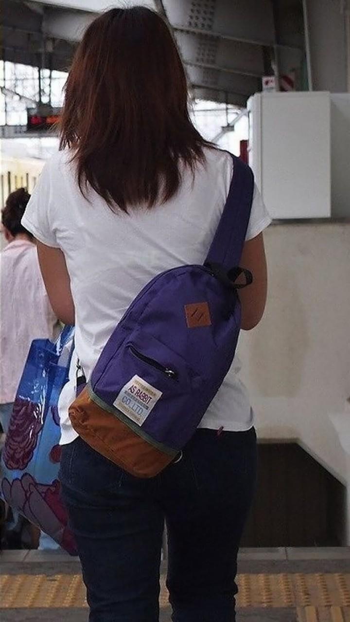 【透けブラエロ画像】背中から胸をアピールw街の絶賛透けブラ中の皆様www 11