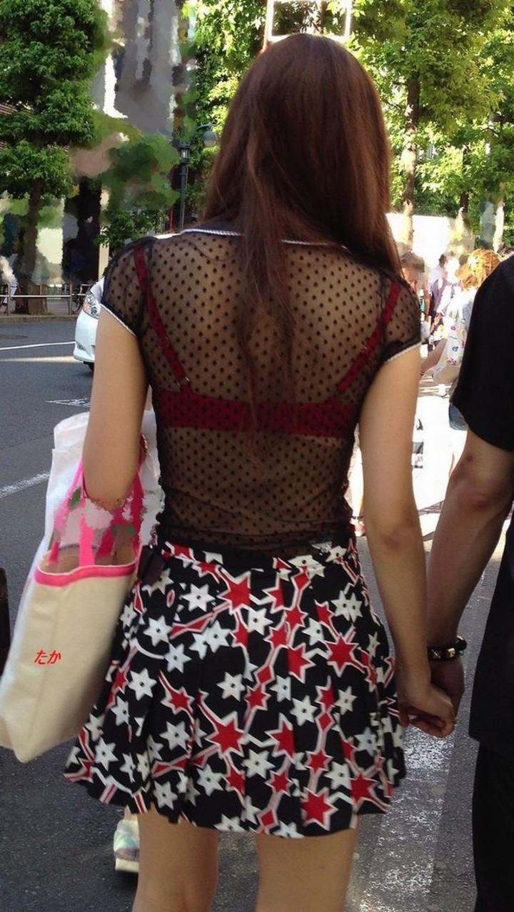 【透けブラエロ画像】背中から胸をアピールw街の絶賛透けブラ中の皆様www 13
