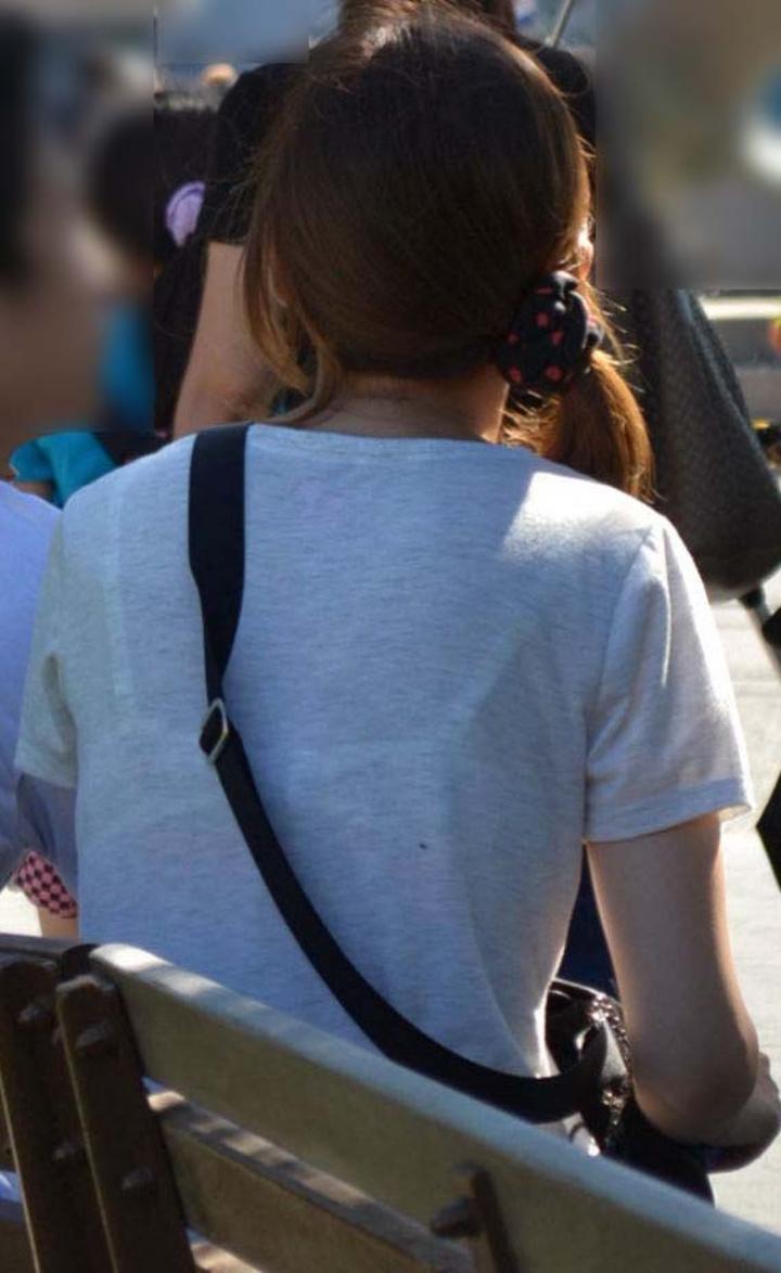 【透けブラエロ画像】背中から胸をアピールw街の絶賛透けブラ中の皆様www 14