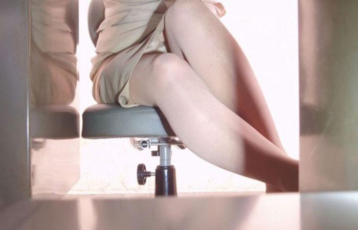 【パンチラエロ画像】デスクに着いて股を緩めたOLたちの下着を隠撮! 001