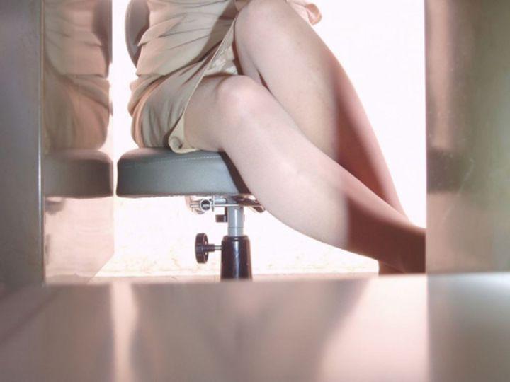 【パンチラエロ画像】デスクに着いて股を緩めたOLたちの下着を隠撮! 03