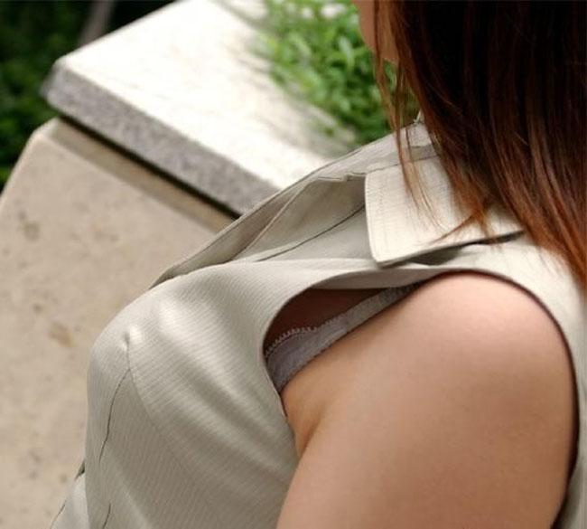 【ブラ見えエロ画像】肩紐出ただけでも価値アリwブラハミ出し素人www 02