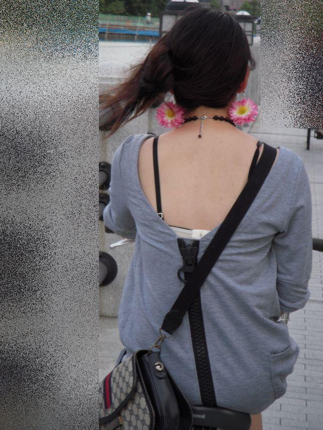 【ブラ見えエロ画像】肩紐出ただけでも価値アリwブラハミ出し素人www 10