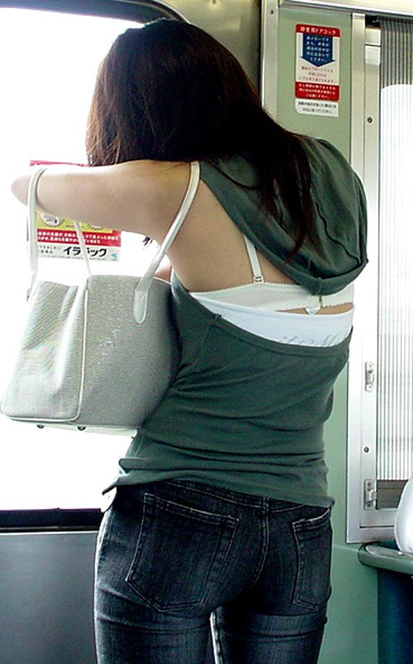 【ブラ見えエロ画像】肩紐出ただけでも価値アリwブラハミ出し素人www 14