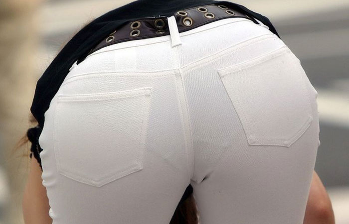 【下着透けエロ画像】スカートじゃなくても…線も色もクッキリなパンツ浮き透け尻w 表紙
