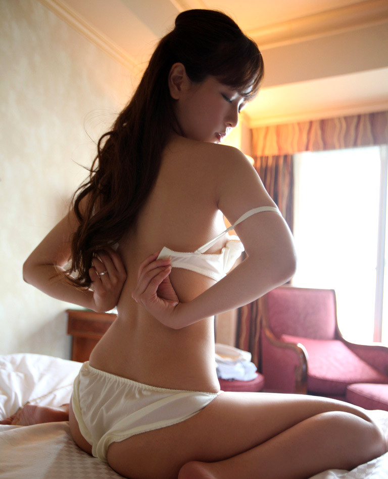 【脱衣エロ画像】早く脱げ~…ビーチク見たい念を感じそうなブラ脱ぎ姿www 08