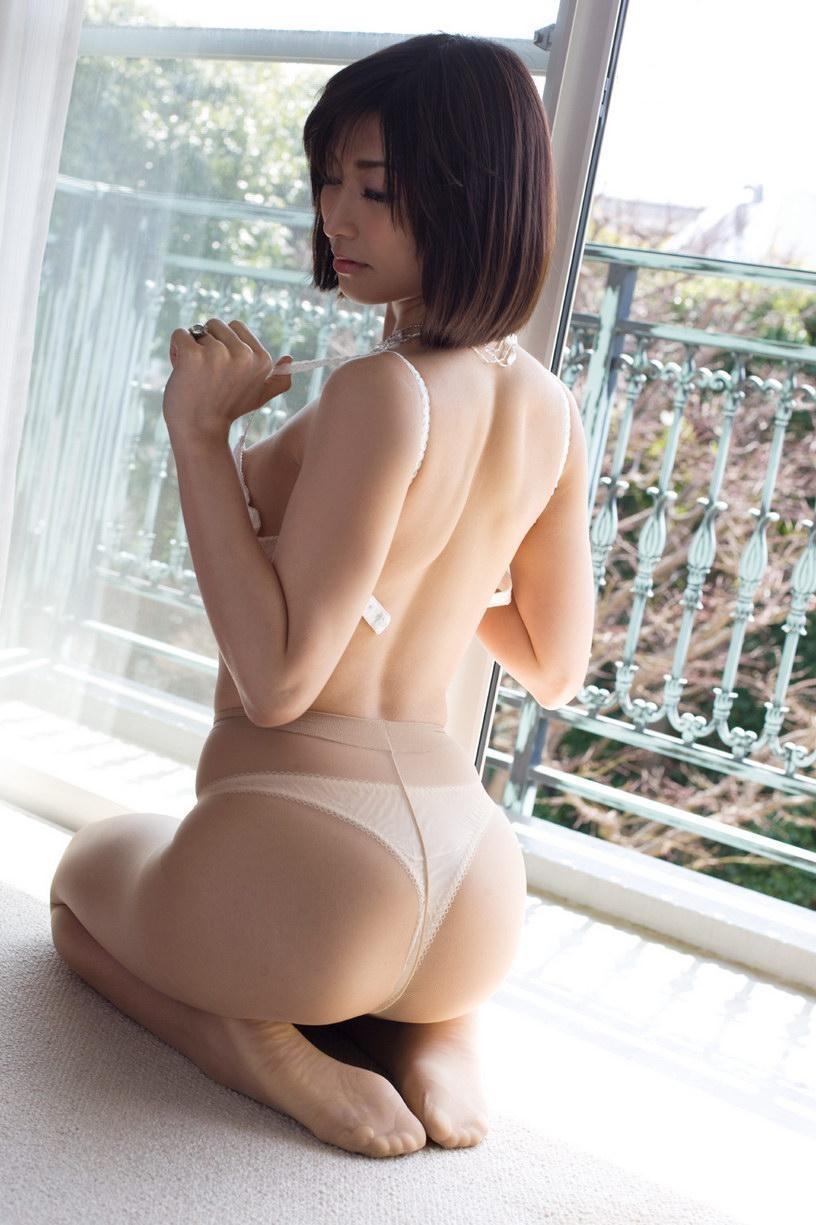 【脱衣エロ画像】早く脱げ~…ビーチク見たい念を感じそうなブラ脱ぎ姿www 10