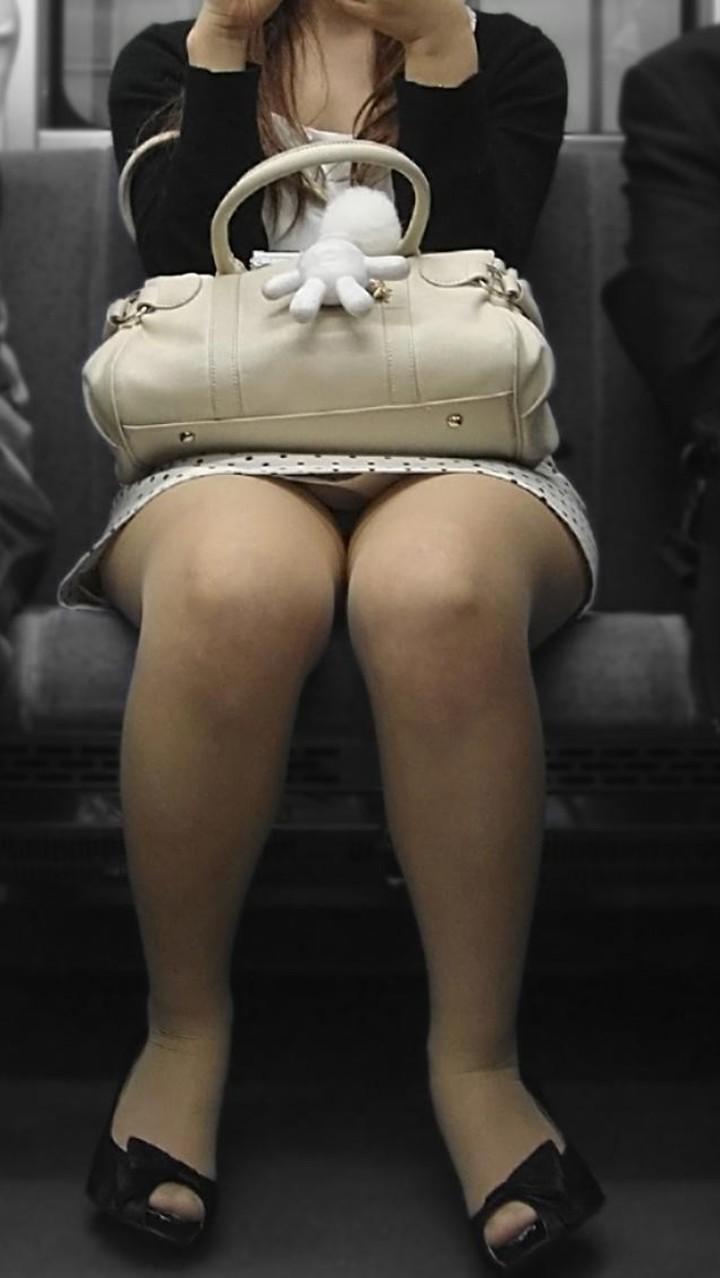 【パンチラエロ画像】ミニスカ女性がいれば対面を取ろう!そして降車まで下着観察www 01
