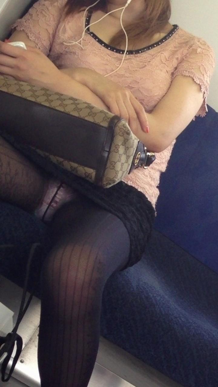 【パンチラエロ画像】ミニスカ女性がいれば対面を取ろう!そして降車まで下着観察www 07