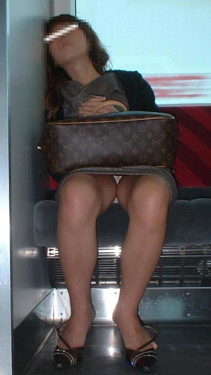 【パンチラエロ画像】ミニスカ女性がいれば対面を取ろう!そして降車まで下着観察www 13