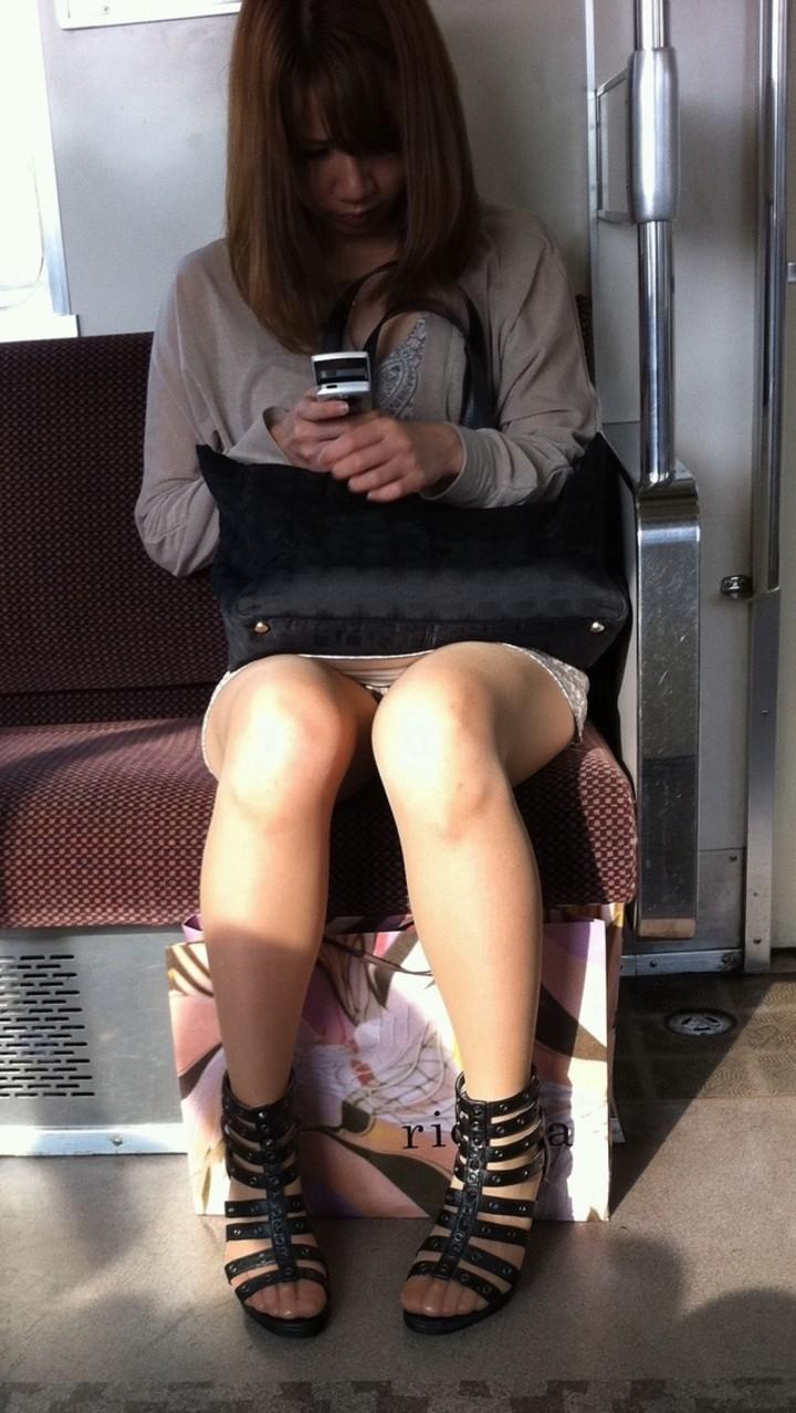 【パンチラエロ画像】ミニスカ女性がいれば対面を取ろう!そして降車まで下着観察www 14