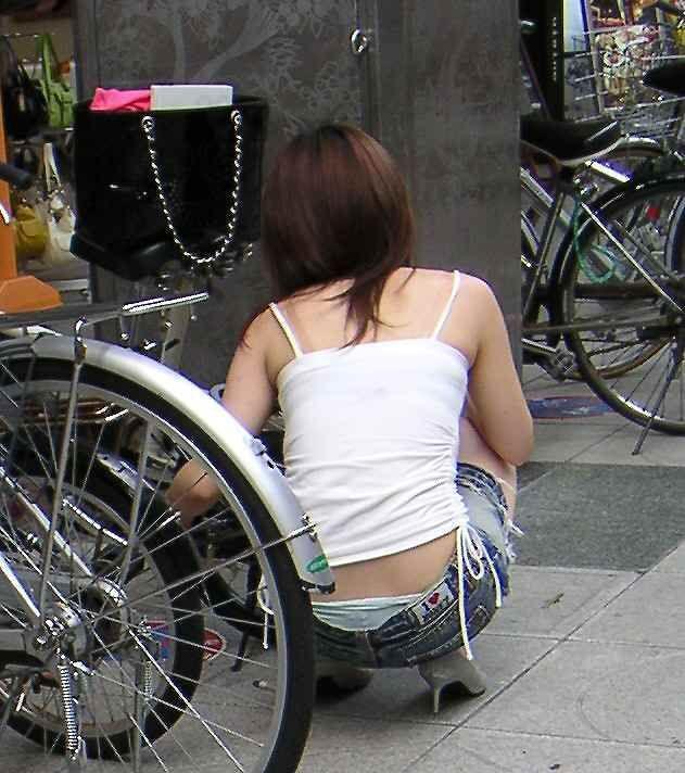 【ローライズエロ画像】腰履き見たら座り待ちw後ろのハミ出しパンツチェックwww 02