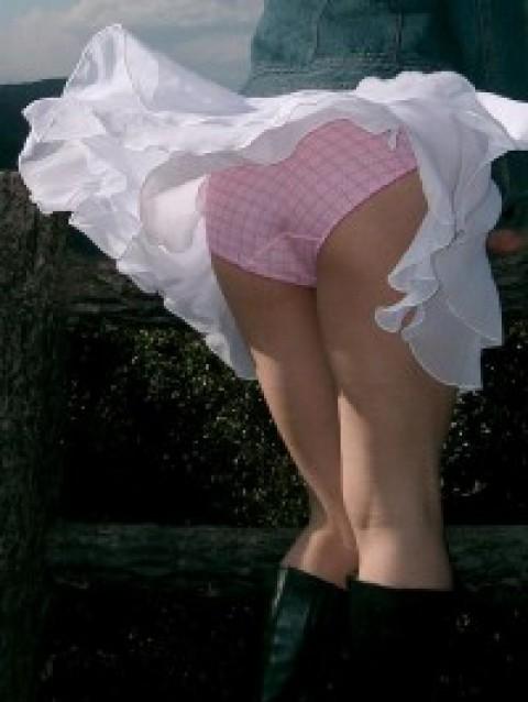 【パンチラエロ画像】偶然を激写!見逃されなかった風パンチラの瞬間www 03