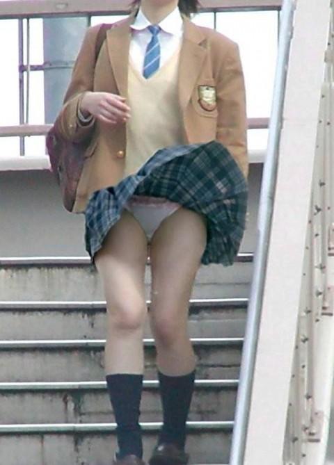 【パンチラエロ画像】偶然を激写!見逃されなかった風パンチラの瞬間www 07
