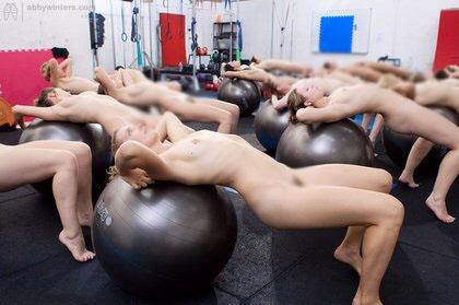 【海外エロ画像】筋肉よりも気になるものが…外人さんの全裸エクササイズwww 03