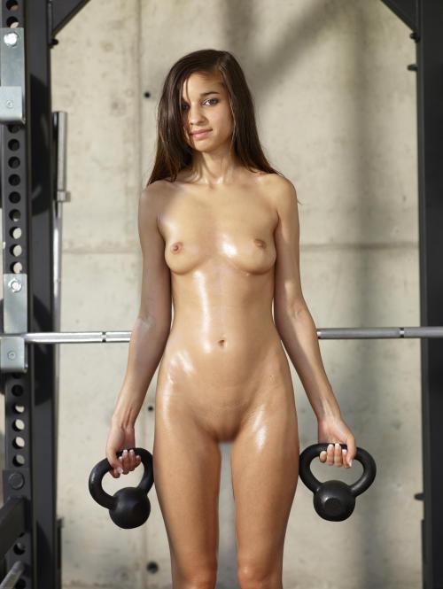 【海外エロ画像】筋肉よりも気になるものが…外人さんの全裸エクササイズwww 10