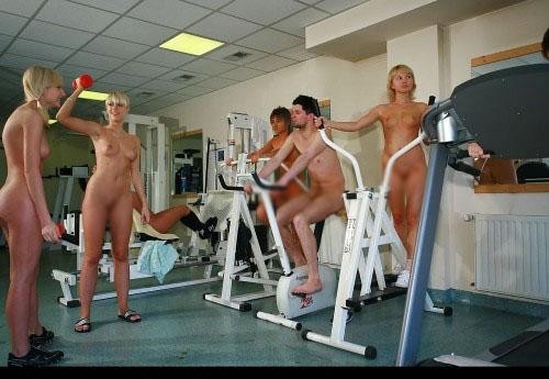 【海外エロ画像】筋肉よりも気になるものが…外人さんの全裸エクササイズwww 14
